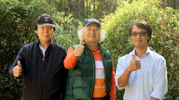 Ilchi Lee with friends in New Zealand