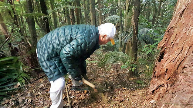 Ilchi Lee cleaning a trail in New Zealand