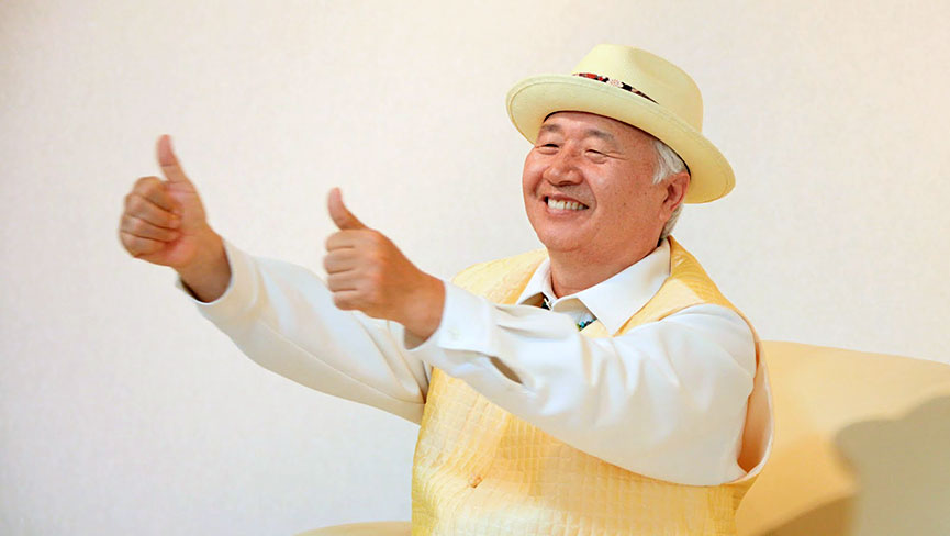Ilchi Lee says to get bright with two thumbs up signs.