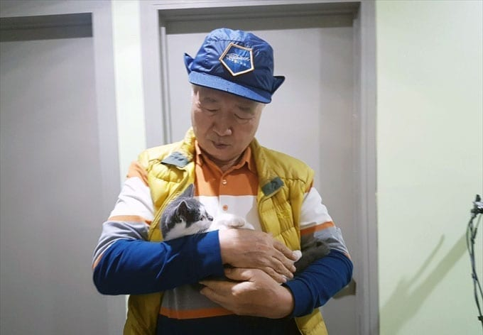 Ilchi Lee with a white and gray cat