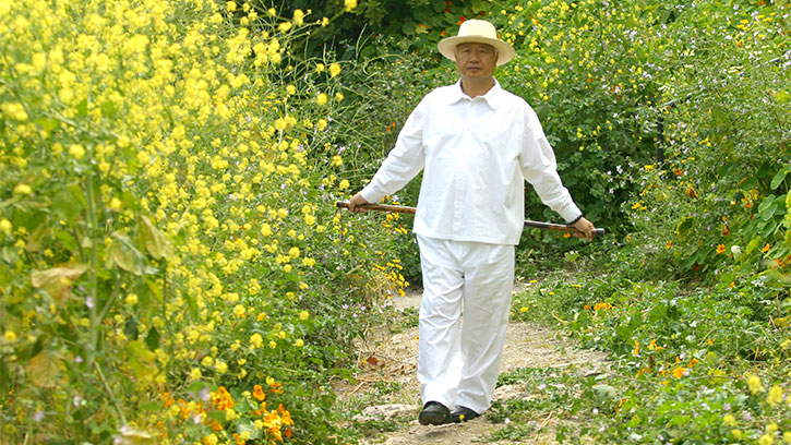 Ilchi Lee walking in nature
